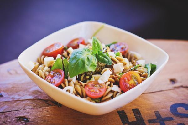 Ideas de comida para llevar al trabajo sin calentar - Ensalada de pasta, otra de las mejores comidas para llevar al trabajo