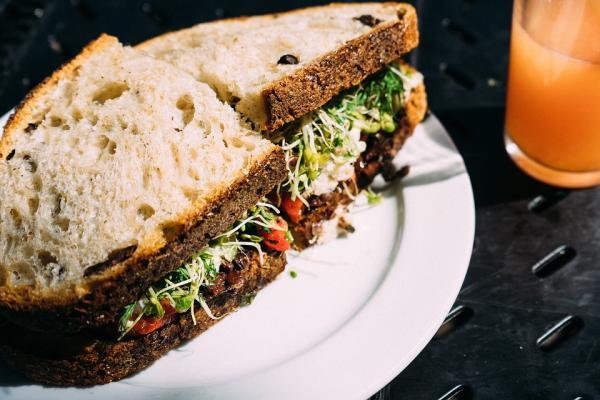 Ideas de comida para llevar al trabajo sin calentar - Sándwich vegetal y saludable