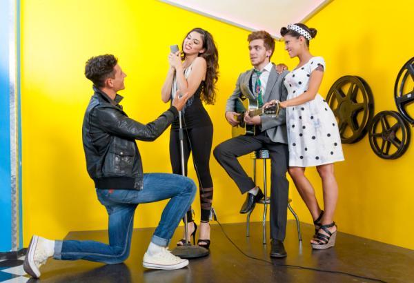 5 ideas de fiestas temáticas originales para adultos - Fiesta de décadas: desde los 50 en adelante