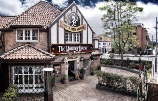 Restaurantes temáticos en Bogotá - Monkey House: sumérgete en un ambiente de lo más british