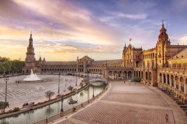 Los 8 mejores sitios para pedir matrimonio en España - La Plaza de España en Sevilla, un monumento espectacular