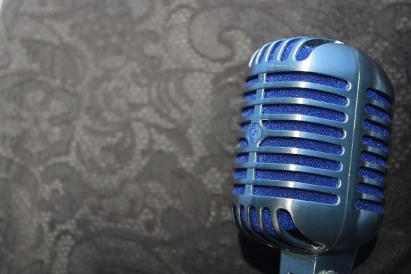 Ideas de decoración para fiestas de los años 80 - Karaoke con Hits de los 80