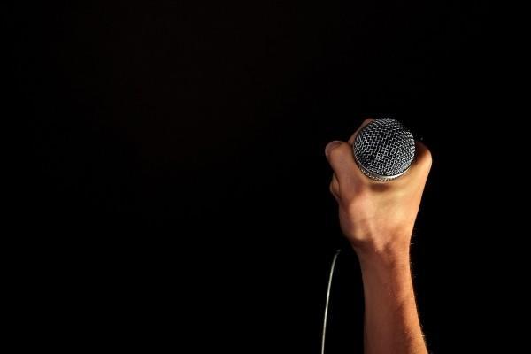 6 juegos para una despedida de soltero original - Un karaoke, uno de los juegos más divertidos para una despedida